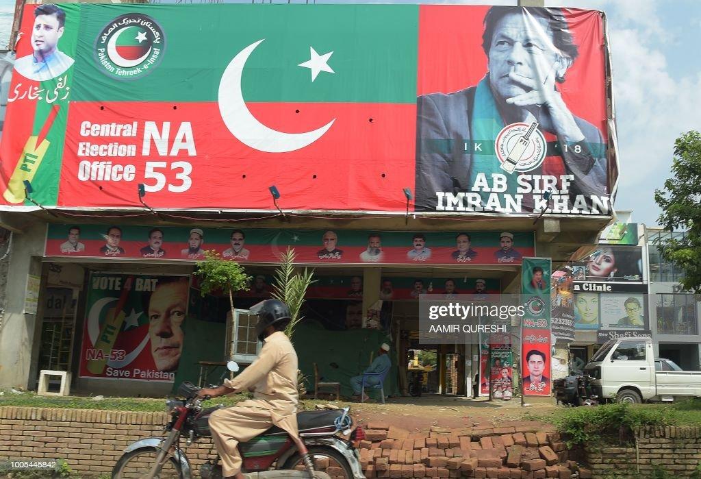TOPSHOT-PAKISTAN-POLITICS-ELECTION-MILITARY : News Photo