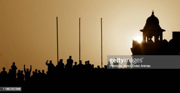 pakistani people cheering at sunset on the pakistan border side pictured from the indian side during the daily india and pakistan wagah border-crossing ceremony, wagah, attari, punjab, india - victor ovies fotografías e imágenes de stock