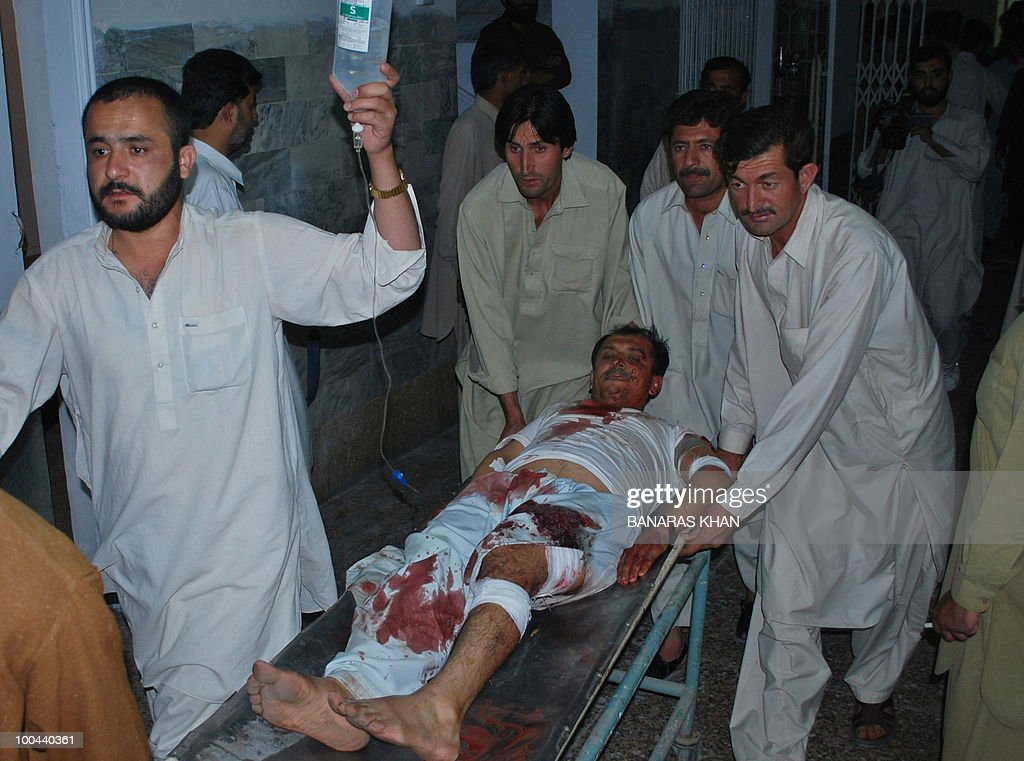 Pakistani peoples shift an injured bomb blast victim into the hospital in Quetta on May 24, 2010. Two people were killed and a dozen wounded, including several wedding party guests, when a bomb exploded in a rickshaw in Pakistan's southwestern Baluchistan province, police said. AFP PHOTO/Banaras KHAN
