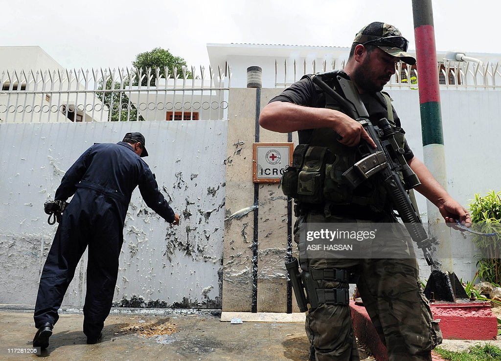 A Pakistani police commando stands guard : News Photo