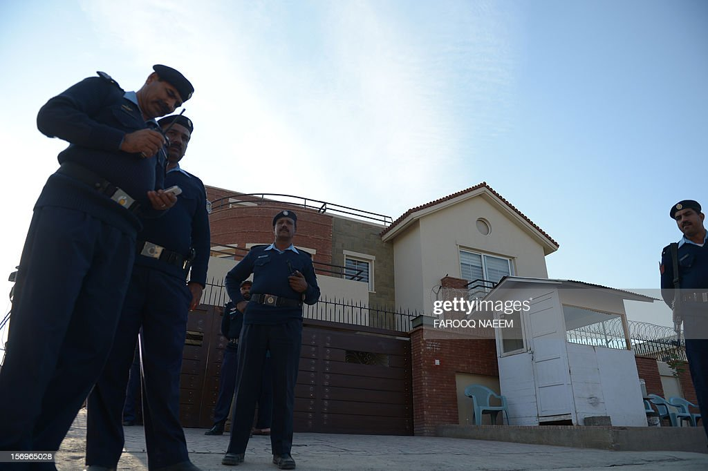 Pakistani policemen stand guard outside the house of Pakistani journalist and television anchor, Hamid Mir in Islamabad on November 26, 2012. A high-profile Pakistani journalist and television anchor escaped an assassination bid on Monday when police defused a bomb planted under his car in Islamabad, police and his channel said. AFP PHOTO/Farooq NAEEM