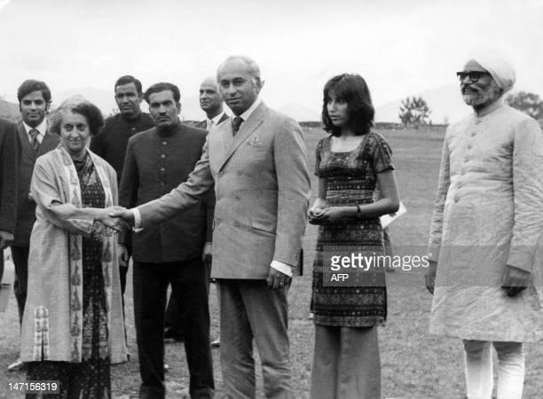 Pakistani President Zulfikar Alî Bhutto shakes hands with India' Prime Minister Indira Gandhi 28 June 1972 in Shimla, the summer capital of India,...