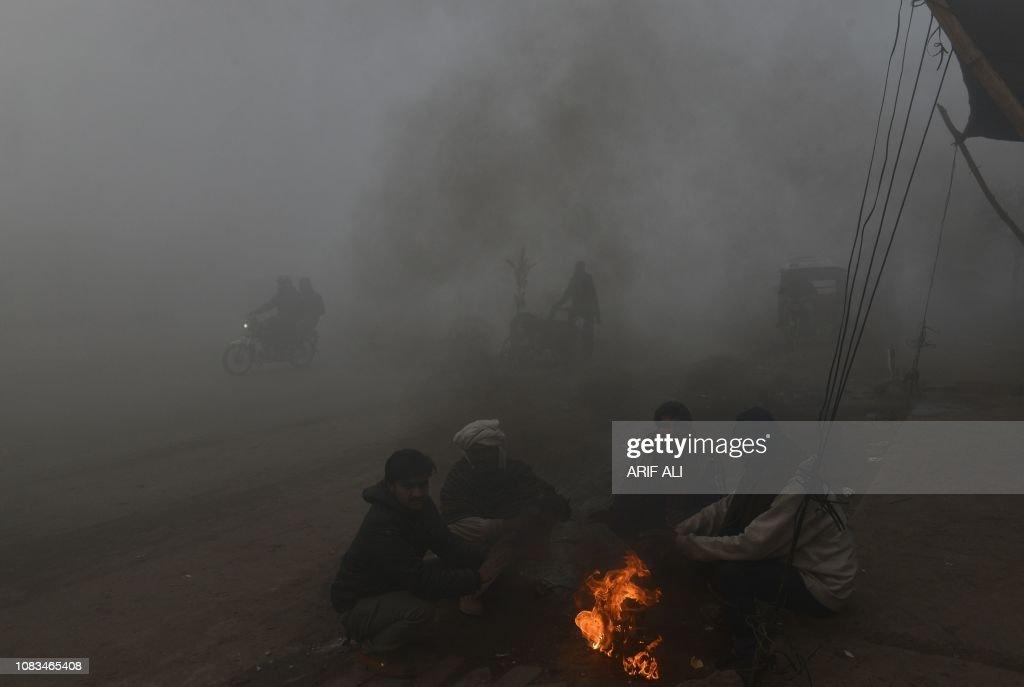 PAKISTAN-WEATHER-FOG-POLLUTION : News Photo
