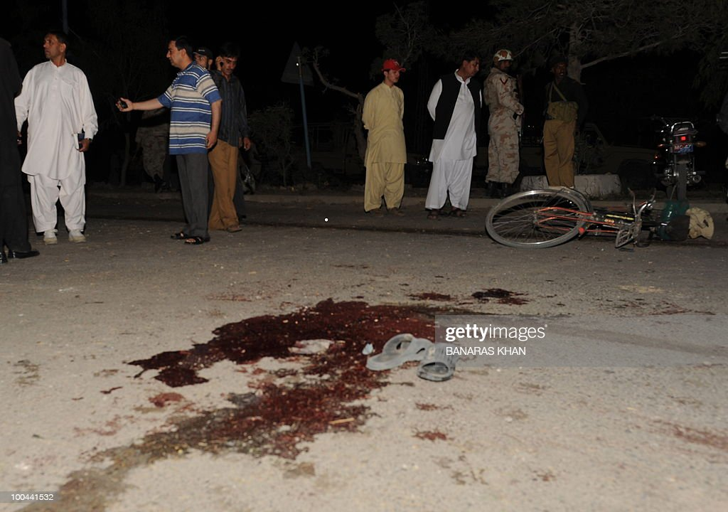 Pakistani security personnel look at a bicycle on the floor as they gather at the bomb blast site in Quetta on May 24, 2010. Two people were killed and a dozen wounded, including several wedding party guests, when a bomb exploded in a rickshaw in Pakistan's southwestern Baluchistan province, police said. AFP PHOTO/Banaras KHAN