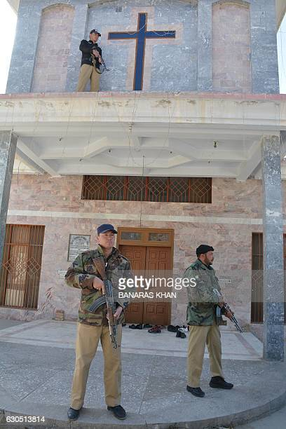 Pakistani security personnel stand guard outside a church during a Christmas Day Service in Quetta on December 25 2016 / AFP / BANARAS KHAN