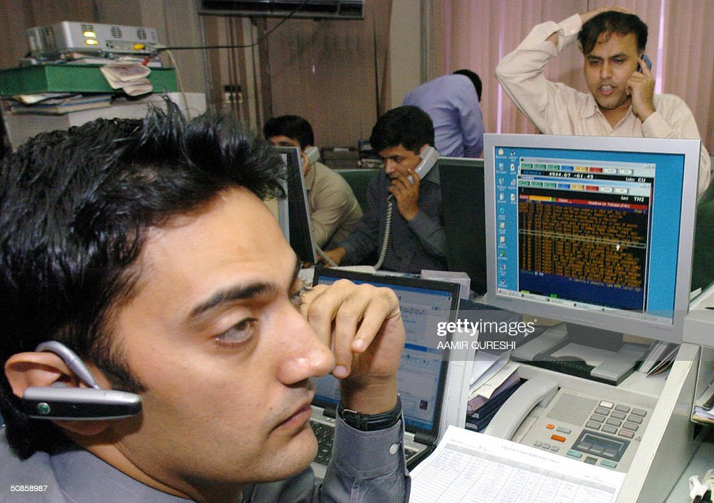 Pakistani stock brokers watch computer terminals at a brokerage house in Karachi, 20 May 2004. Pakistan stocks rose 0.72 percent on the news of incoming Indian Prime Minister Manmohan Singh's pledge to push forward a peace dialogue with Islamabad, analysts said. AFP PHOTO/Aamir QURESHI