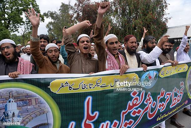Pakistani Sunni Muslim activists from the Ahle Sunnat Wal Jamaat shout slogans during a rally in support of the government of Saudi Arabia over the...