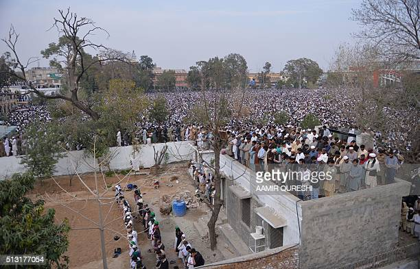 Pakistani supporters of convicted murderer Mumtaz Qadri offers funeral prayers for Qadri a day after his execution in Rawalpindi on March 1, 2016....