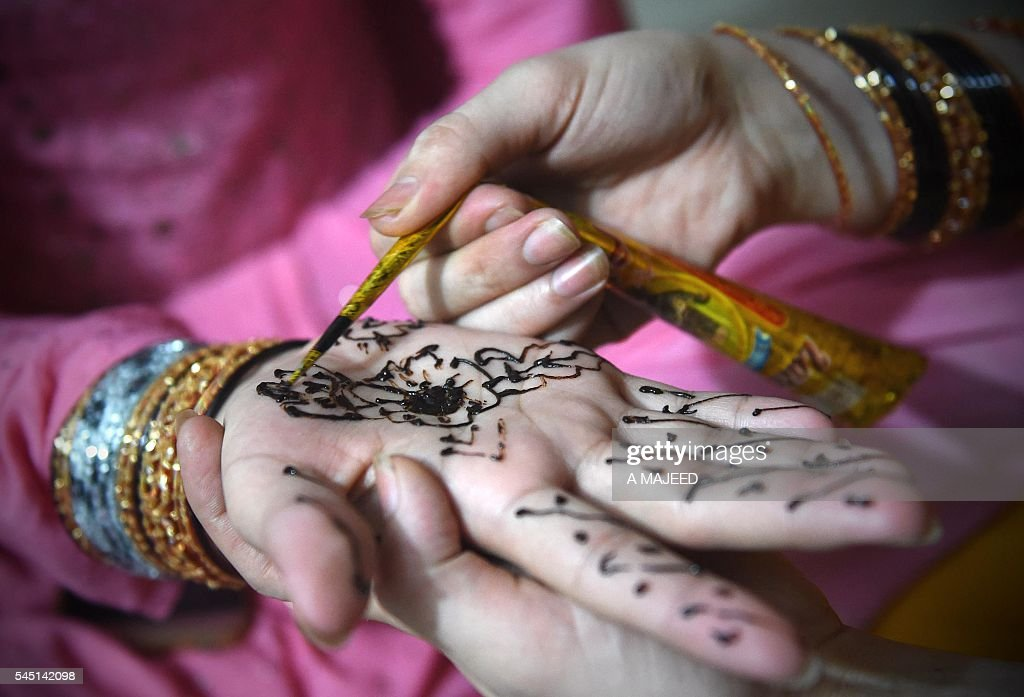 Most Inspiring Festival Eid Al-Fitr Decorations - pakistani-transgenders-decorate-hands-with-henna-ahead-of-the-eid-picture-id545142098  Pictures_318795 .com/photos/pakistani-transgenders-decorate-hands-with-henna-ahead-of-the-eid-picture-id545142098