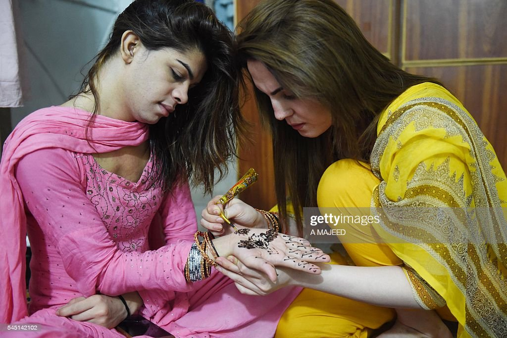 Top Pakistani Eid Al-Fitr Feast - pakistani-transgenders-decorate-hands-with-henna-ahead-of-the-eid-picture-id545142102  Pictures_405292 .com/photos/pakistani-transgenders-decorate-hands-with-henna-ahead-of-the-eid-picture-id545142102