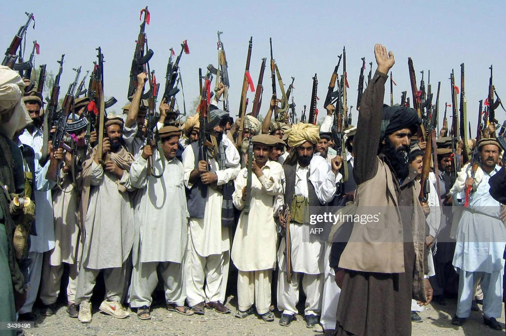 Pakistani tribesmen raise their red-ribb : News Photo