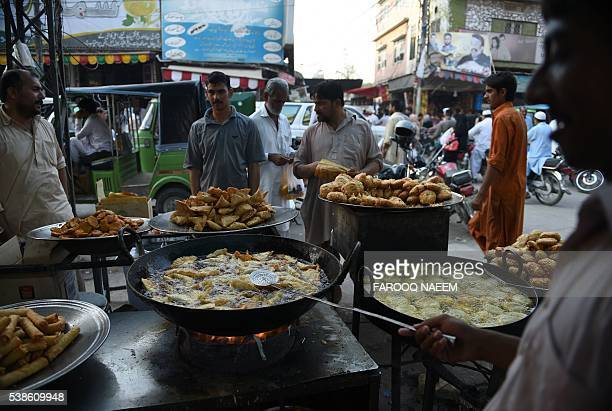 Pakistani vendors prepare snacks used to break the Ramadan fast on the first day of the holy month of Ramadan in Rawalpindi on June 7 2016 / AFP /...