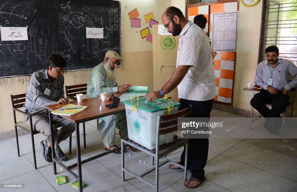 PAKISTAN-POLITICS-VOTE-GRAFT : News Photo