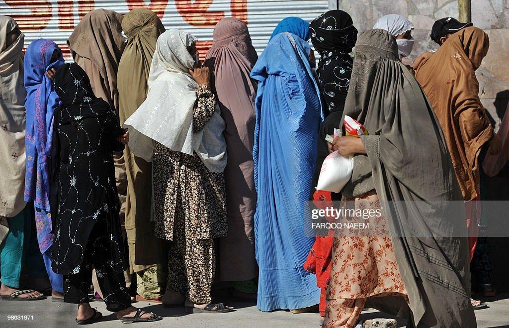 Pakistani women wait in line for sugar o : Nieuwsfoto's
