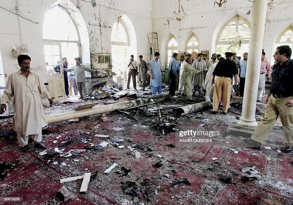 Pakistani worshippers and police officer : News Photo