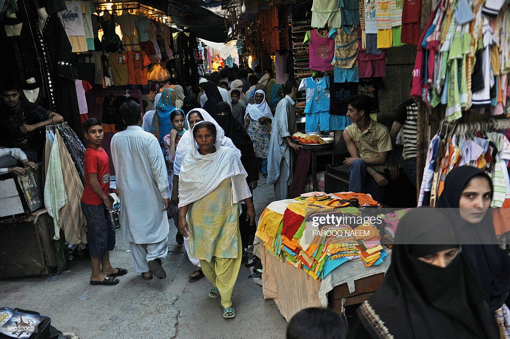 Pakistanis shop at a market in Rawalpind : Nieuwsfoto's