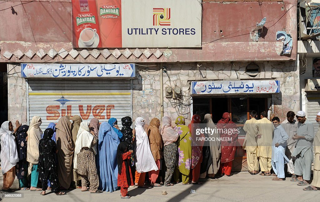 Pakistanis wait in line for sugar outsid : Nieuwsfoto's