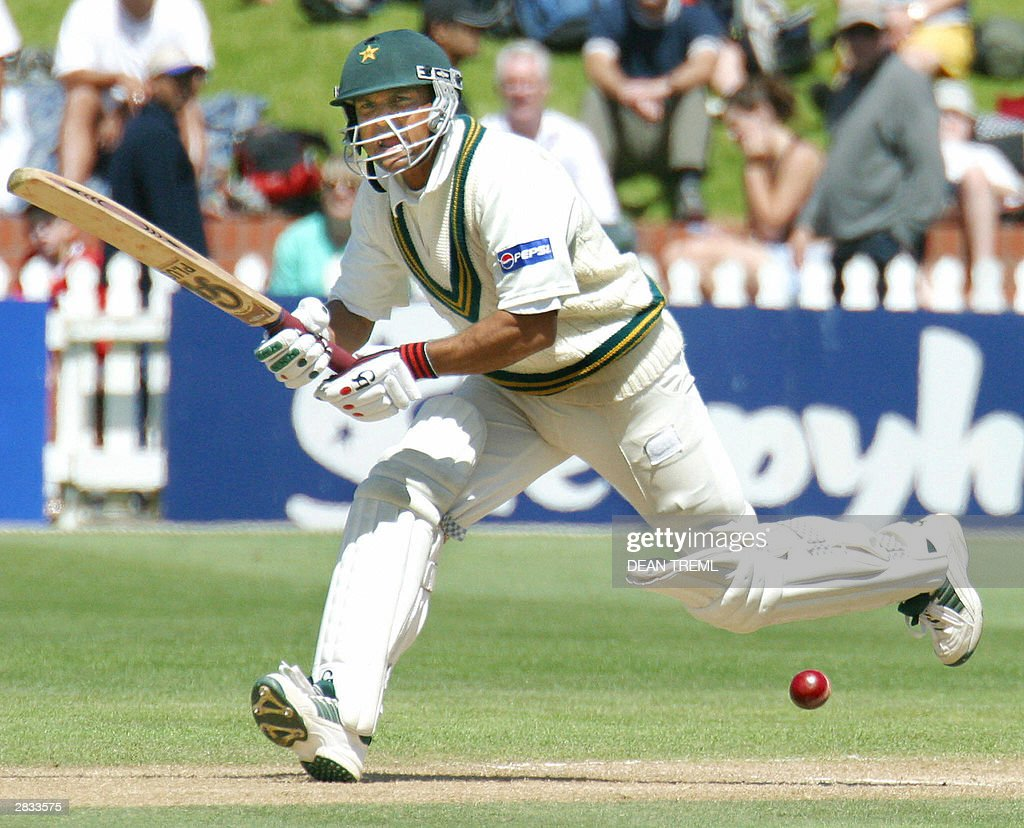 Pakistan's Moin Khan heads down the pitc : News Photo