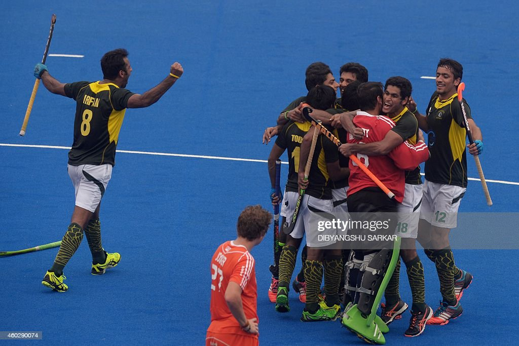 86a881873da Pakistan s Muhammad Irfan (L) and teammates celebrate their win over the  Netherlands during their