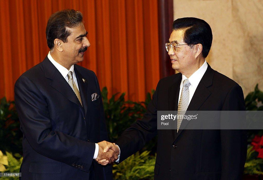 Pakistan's Prime Minister Yusuf Raza Gilani Meets With China's President Hu Jintao In Beijing : ニュース写真