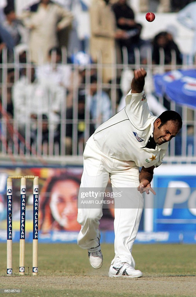 Pakistnai bowler Rana Naveed-ul-Hasan delivers the ball during second day of second Test match against England at Iqbal Cricket Stadium in Faisalabad, 21 November 2005. England were 113-3 in their first innings at stumps in reply to Pakistan's 462 at close of play. AFP PHOTO/Aamir QURESHI