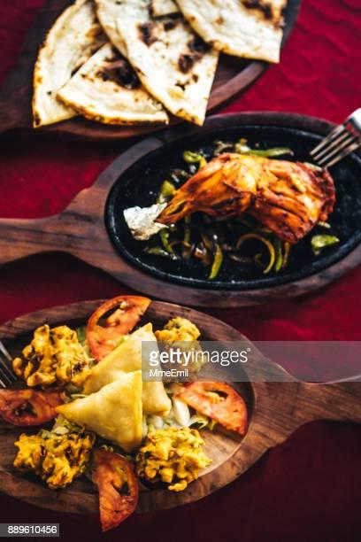 パコラ、バージ、サモサ、タンドリー チキン、ナン。北インド料理
