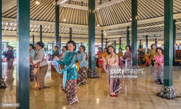 palace dance performance at the kraton ngayogyakarta hadiningrat, the palace of the yogyakarta sultanate, central java - kraton stock pictures, royalty-free photos & images