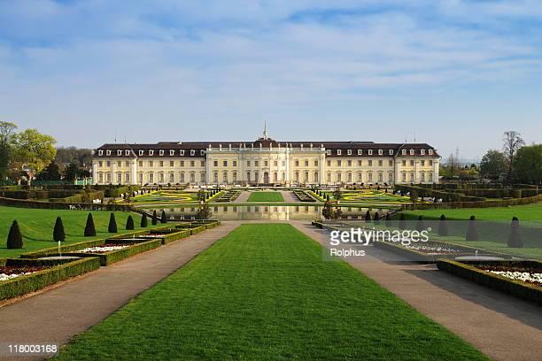 Schloss Ludwigsburg mit barocken Park im Frühling