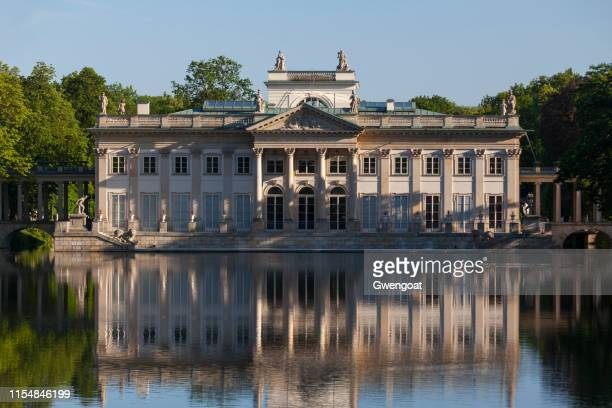 palace on the water in warsaw - gwengoat stock pictures, royalty-free photos & images
