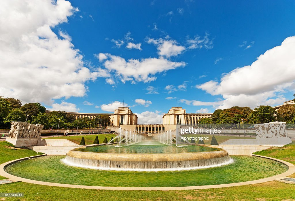 Palais de Chaillot viewed through the Trocadero Fountains : Stock Photo