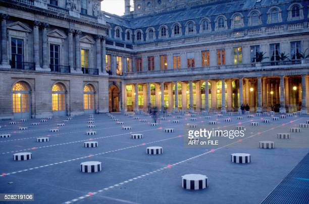 palais royal in paris: courtyard with the colonnes de buren (les deux plateaux) at night - daniel buren stock pictures, royalty-free photos & images