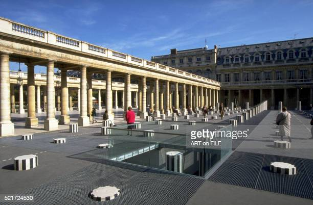 palais royal in paris: courtyard with the colonnes de buren (les deux plateaux) - daniel buren stock pictures, royalty-free photos & images