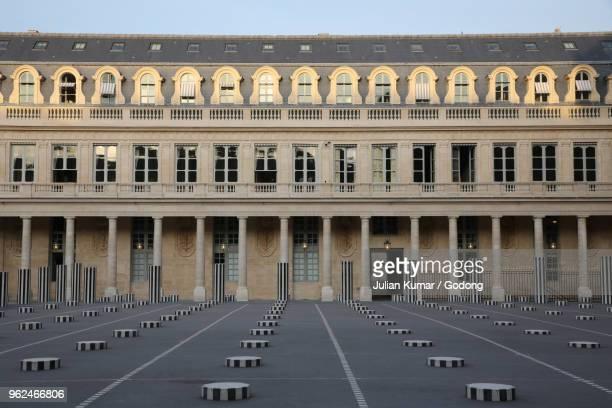palais royal, paris, france. buren columns. - colonnes de buren photos et images de collection