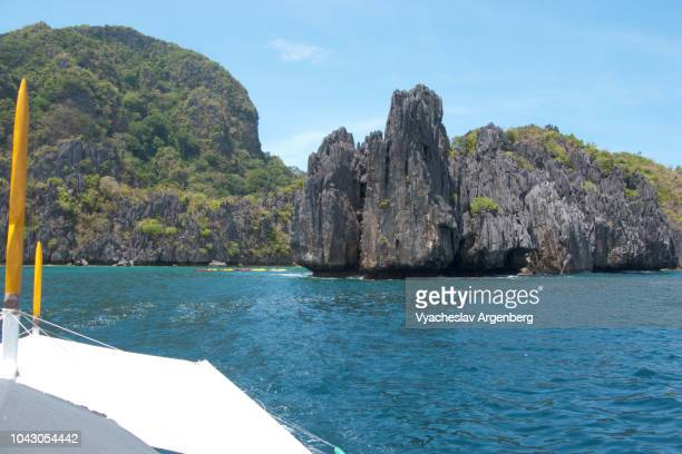 palawan limestone island country, with spectacular rock formations rising from the sea, western pacific, philippines - argenberg photos et images de collection