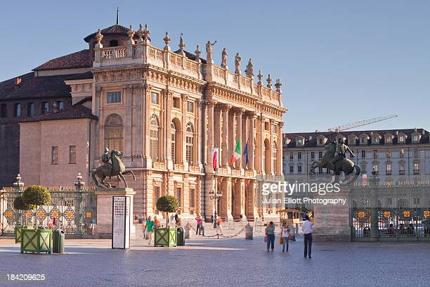 palazzo madama in central turin. - turin photos et images de collection
