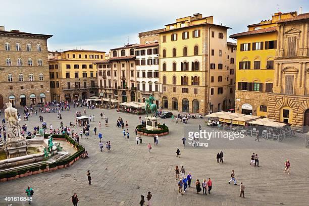 ヴェッキオ宮殿で、フィレンツェのシニョリーア広場イタリア - シニョーリア広場 ストックフォトと画像