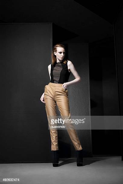 Pâle la pose de modèle de mode à bascule