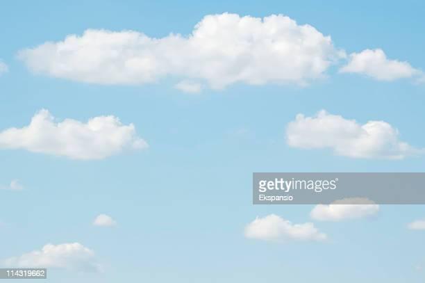 pano de fundo de céu pálido - nuvens fofas imagens e fotografias de stock