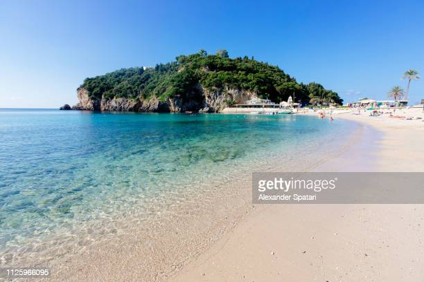 paleokastritsa beach on a sunny day day with clear blue sky, corfu island, greece - mar jónico fotografías e imágenes de stock