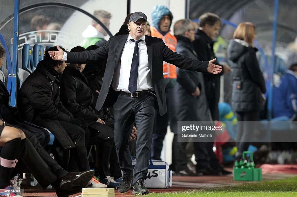 Palermo head coach Giuseppe Iachini shouts instructions to his players during the Serie B match between Empoli FC and US Citta di Palermo at Stadio Carlo Castellani on February 3, 2014 in Empoli, Italy.