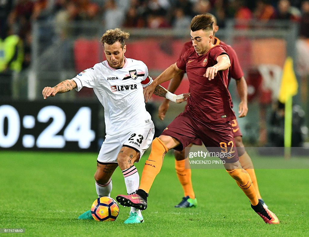 Palermo's Italian midfielder Alessandro Diamanti (L) vies with AS Roma's Italian forward Stephan el Shaarawy during the Serie A football match AS Roma vs Palermo at the Olympic stadium in Rome on October 23, 2016. / AFP / VINCENZO
