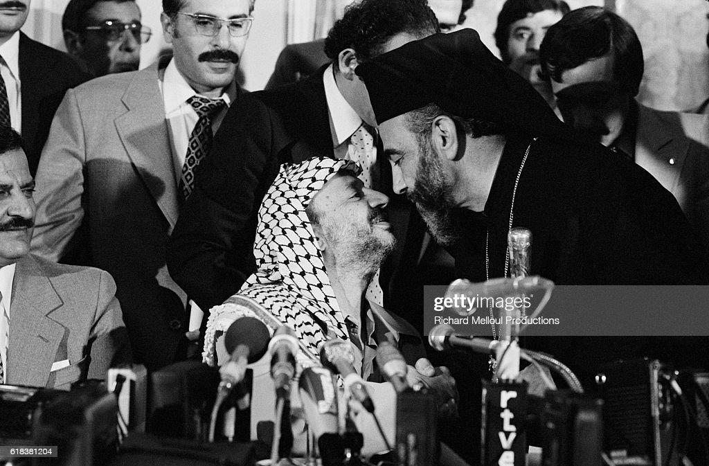 Yasser Arafat Greets Archbishop of Jerusalem Hilarion Capucci : Photo d'actualité
