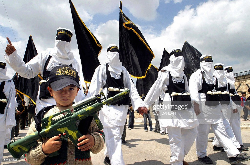 A Palestinian boy carries a toy weapon a : News Photo