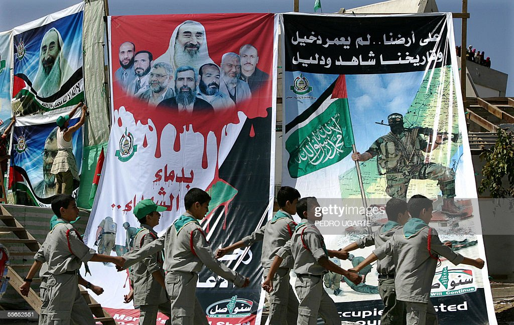 Palestinian boy scouts march as they pre : News Photo