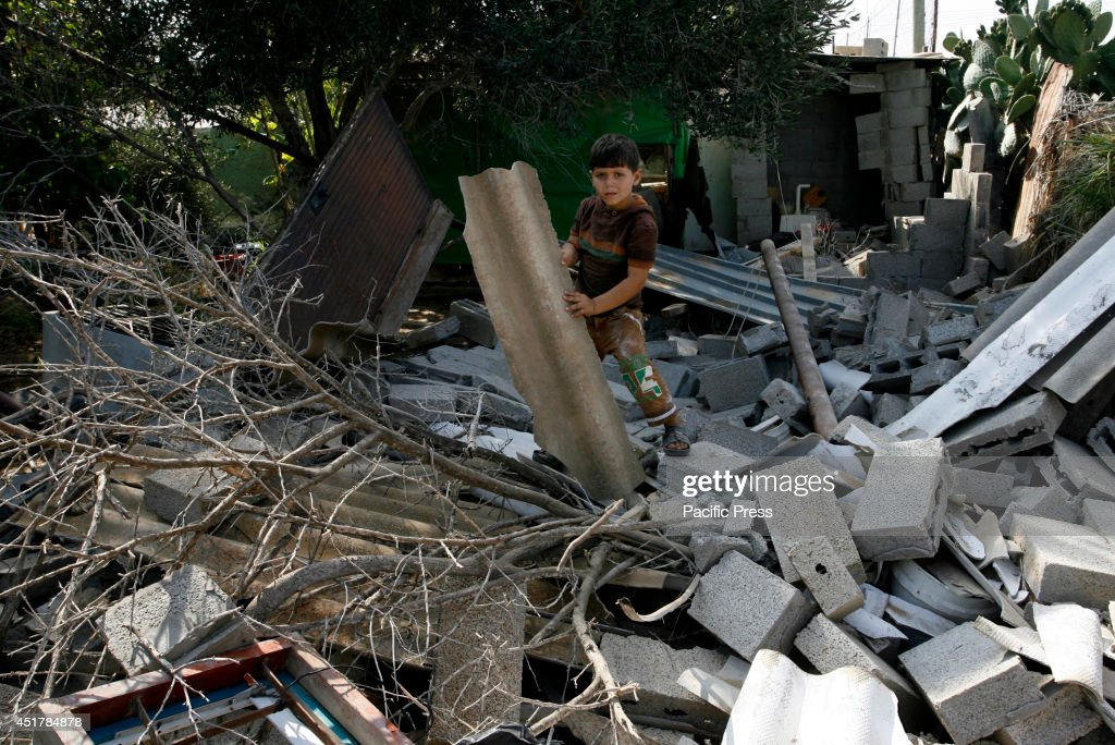 A Palestinian child stands amidst the rubble of a destroyed... : ニュース写真