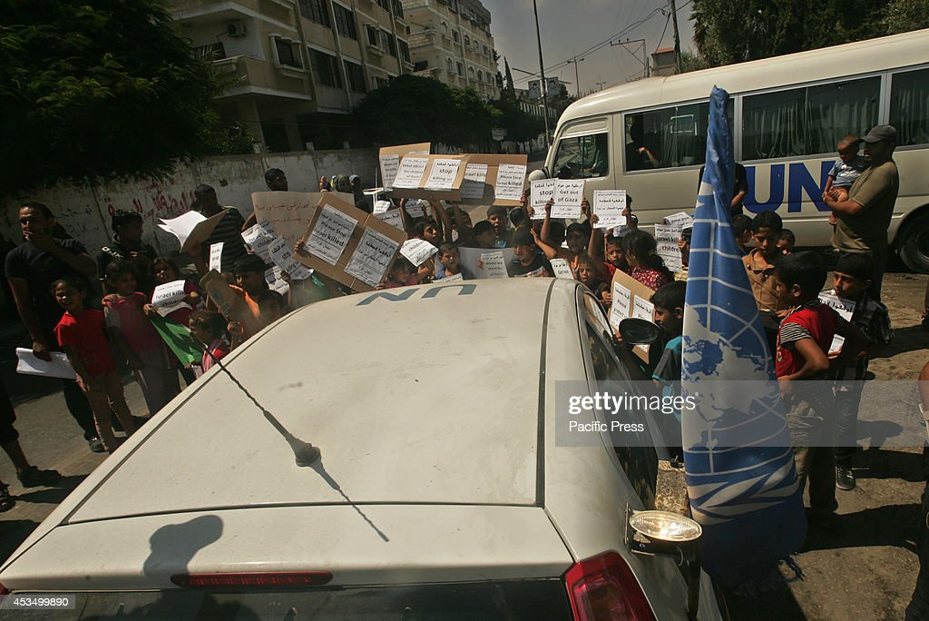 Palestinian children hold posters and banners outside an... : ニュース写真