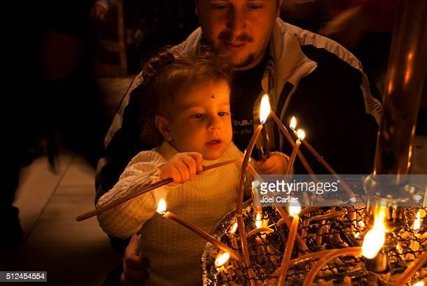 Palestina pai e filho dentro de uma Igreja do Natividade, Belém