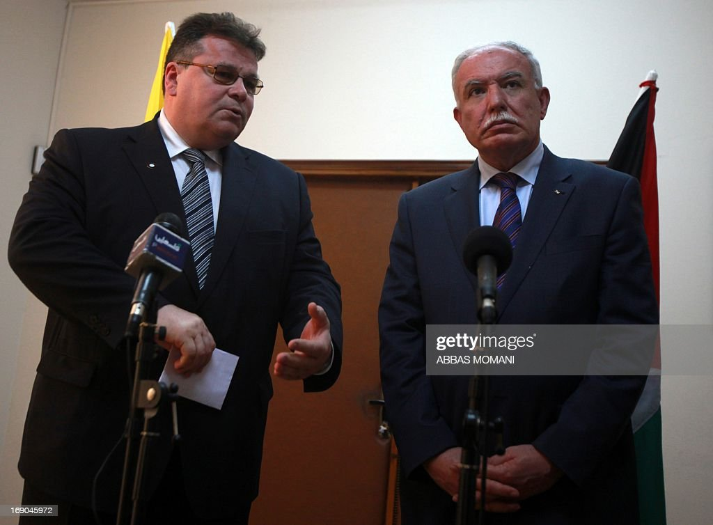 Palestinian foreign minister Riyad al-Malki (R) and his Lithuanian counterpart Linas Linkevicius attend a press conference in the city of Ramallah on May 19, 2013.