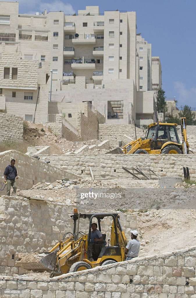 Palestinian labourers work on a new hous : Nieuwsfoto's