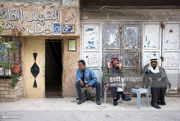 palestino homens, em balata nablus acampamento próximo - territórios da palestina - fotografias e filmes do acervo